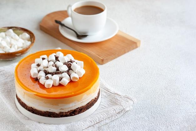 チョコレート、マシュマロ、コーヒー1杯のオレンジチーズケーキ全体