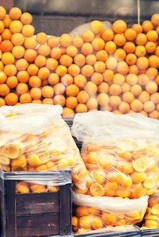 카페 근처 패키지에 전체 오렌지와 껍질