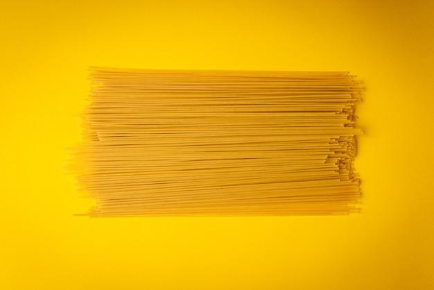 Целая паста на желтом фоне.