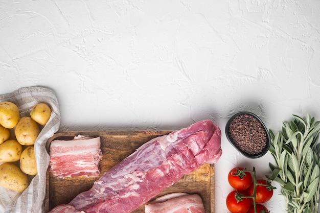 Целый кусок филе свинины с ингредиентами и травами для гриля или запекания, шалфей, картофельный набор, на деревянном подносе