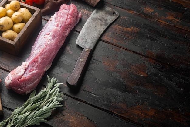 Целый кусок филе свинины с ингредиентами и зеленью для гриля или запекания