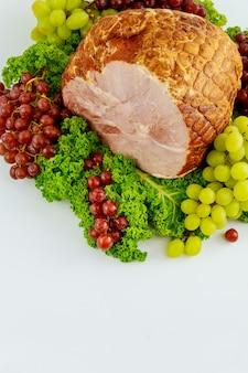 신선한 과일과 함께 전체 돼지 고기 햄. 건강한 음식. 부활절 식사.