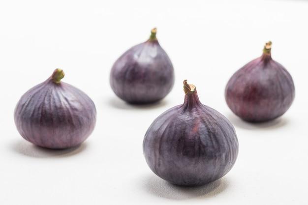 全体の紫色のイチジク。白色の背景。上面図