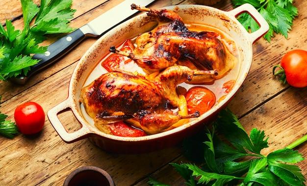 Целые перепела, запеченные в томатном соусе. вкусная жареная перепела