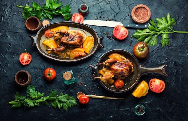 Целые перепела, обжаренные в томатном соусе. жареное мясо перепелов.
