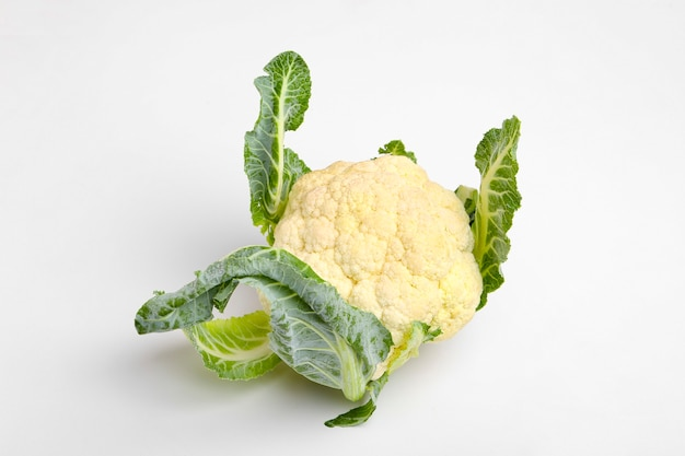 Целая сырая цветная капуста, весь овощ, изолированные на белом фоне