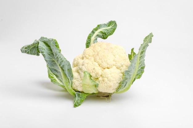 Целая сырая цветная капуста, весь овощ, изолированные на белой поверхности
