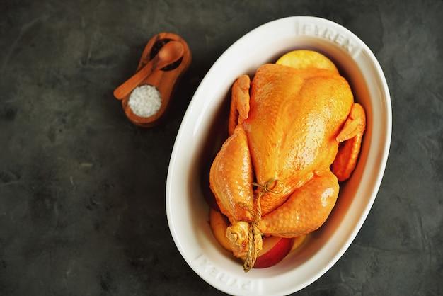 生の鶏肉をオリーブオイル、醤油、白ワイン酢にターメリック、タイム、リンゴのスライスでマリネしたもの。上面図。
