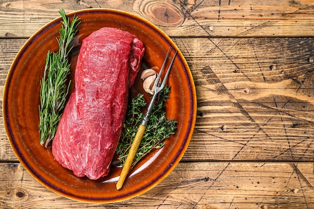 Цельное сырое филе вырезка из говядины для стейков.