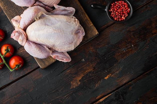 재료를 사용한 토종 신선한 닭고기 통째로