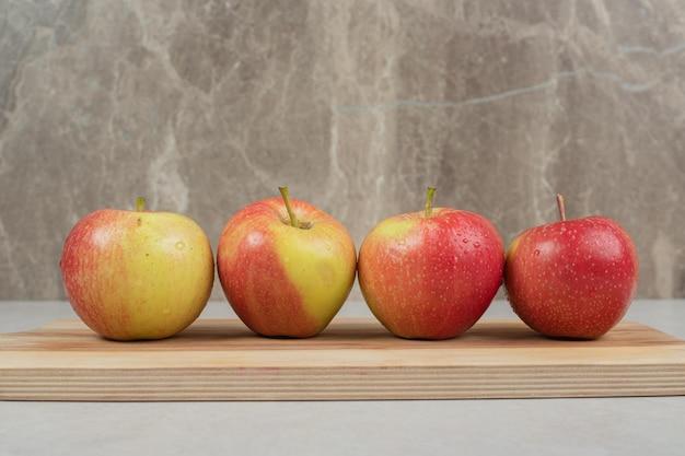 木の板に丸ごと赤いリンゴ。