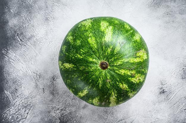 熟した緑色のスイカ全体