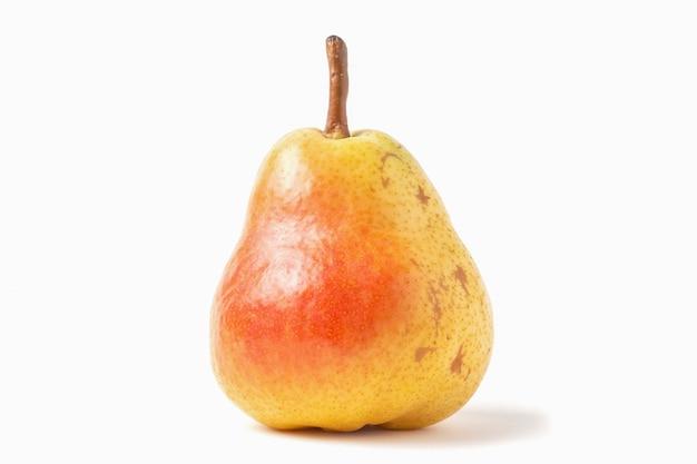全体熟したウィリアムズ梨は、白い背景で隔離。