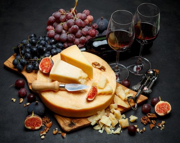 Целая круглая голова твердого сыра пармезан и вина