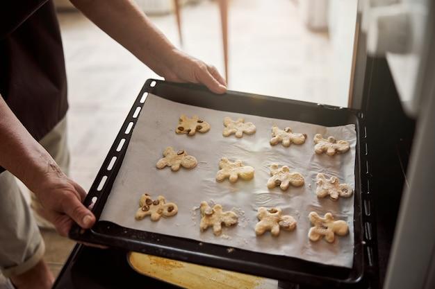 Целый лист печенья в форме человека вот-вот запечется