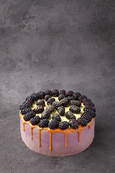 新鮮なブラックベリー、キャラメルの甘いケーキ