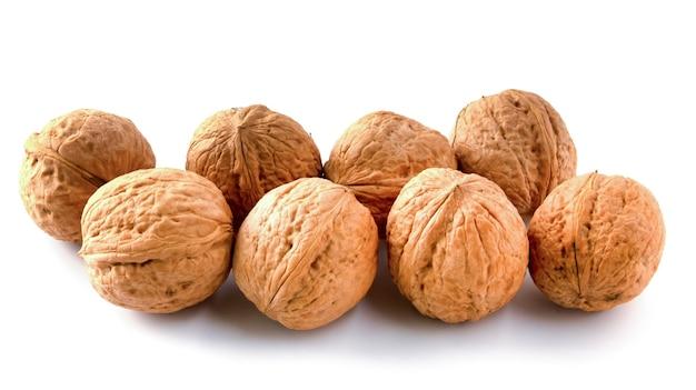 Целые грецкие орехи. орехи, изолированные на белом фоне.