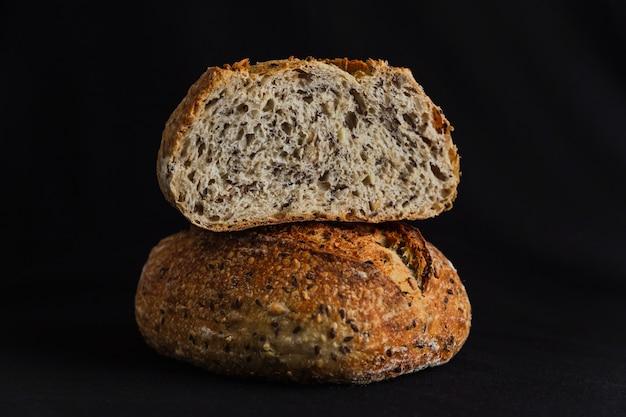 Хлеб из цельной пшеницы на черном фоне