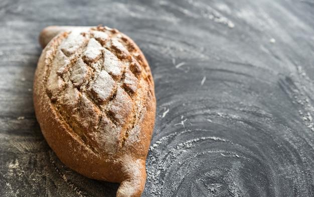 Хлеб из цельной пшеницы на темном дереве