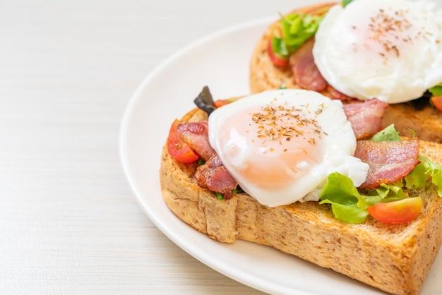 야채, 베이컨, 계란 또는 에그 베네딕트로 구운 통밀 빵