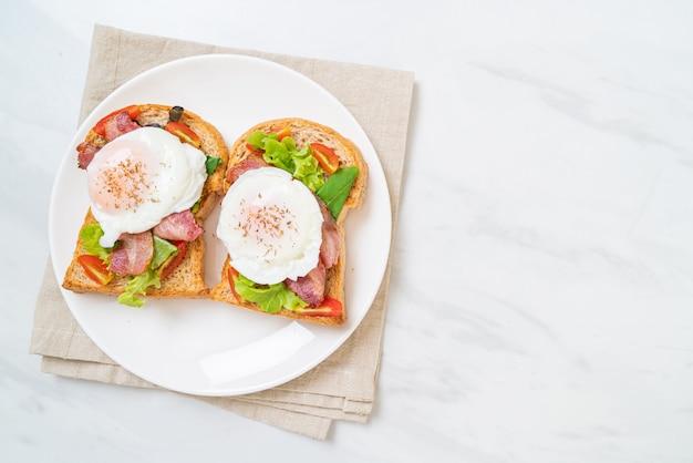 Цельнозерновой хлеб, обжаренный с овощами, беконом и яйцом