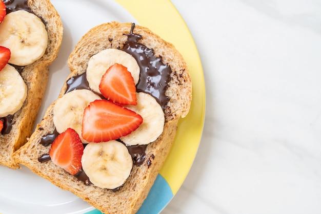 Цельнозерновой хлеб со свежим бананом, клубникой и шоколадом