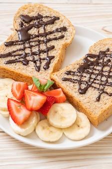 新鮮なバナナ、イチゴ、チョコレートの全粒小麦パン