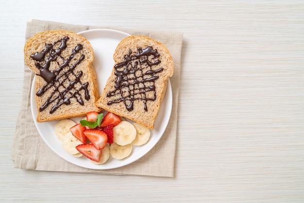 신선한 바나나, 딸기 및 초콜릿을 곁들인 통밀 빵
