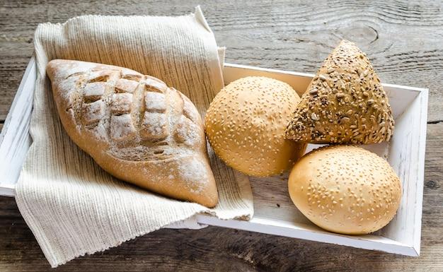 Хлеб из цельной пшеницы с булочками из кунжута и льна