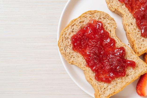 いちごジャムといちごの全粒粉パン