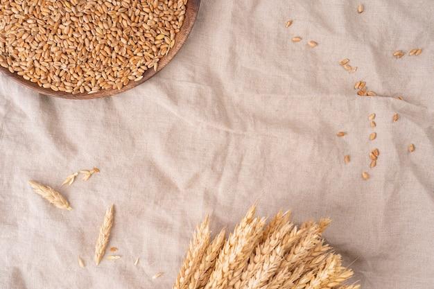 리넨 수건에 통밀 곡물, 수확의 배경, 복사 공간