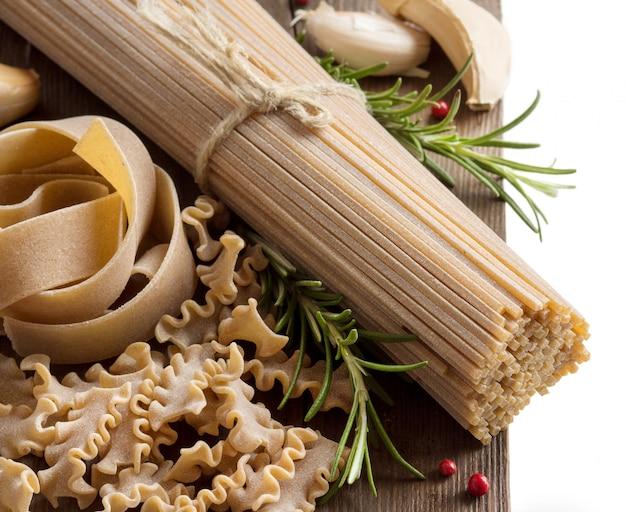 ニンニクとハーブの全粒小麦のイタリアンパスタ
