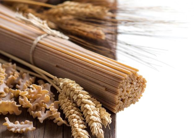 全粒小麦のイタリアンパスタと小麦のスパイク