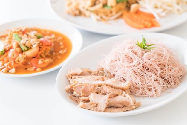小麦の麺とローストポークとソムタム