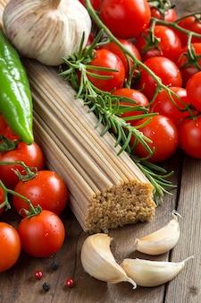 全粒粉スパゲッティ、野菜、ハーブ