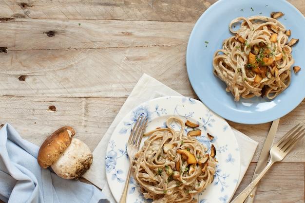 버섯 porcini와 통 밀 tagliolini