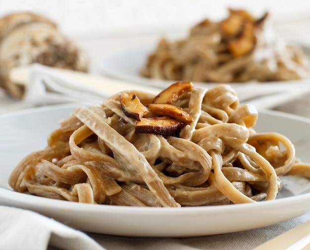 きのこポルチーニと全粒小麦のタリエリーニ Premium写真