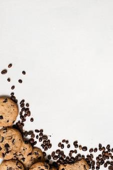 흰색 배경에 커피 곡물, 여유 공간이있는 평면도와 wholegrain 초콜릿 스콘. 맛있는 쿠키와 커피 하우스 개념의 요리 예술