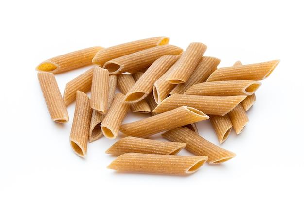Цельнозерновые макаронные изделия, макаронные изделия макарон заделывают, изолированные на белом.