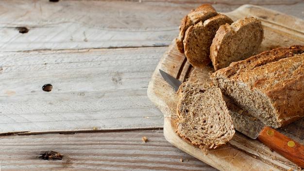 木製のテーブルの全粒粉パンのクローズアップ