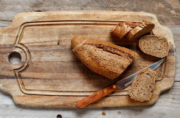 木製のテーブルの上面図の全粒粉パン
