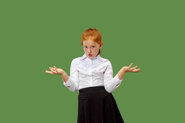 Perché. bello ritratto a mezzo busto femminile isolato sul backgroud verde alla moda dello studio. giovane ragazza teenager sorpresa, frustrata e sconcertata emotiva. emozioni umane, concetto di espressione facciale.