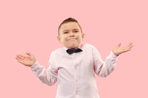 왜 그런 겁니까. 트렌디 한 핑크 backgroud에 고립 된 아름 다운 남성 절반 길이 초상화. 젊은 감정 놀라움, 좌절 및 당황한 십대 소년