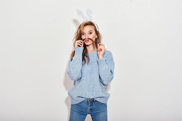 Почему бы не сладкой великолепной девушке с кроличьими ушками и кокетливой смотреть в камеру