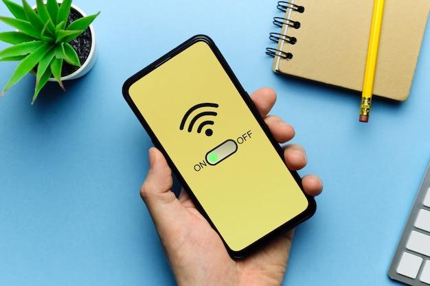 사람 손에 스마트 폰으로 wi-fi 모드 사용 개념.
