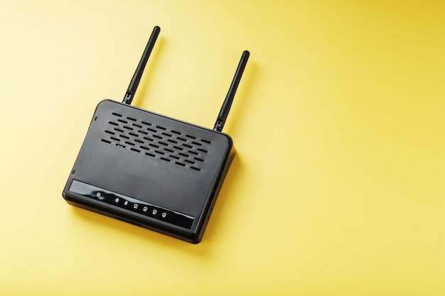 노란색 표면에 검은 색 wi-fi 라우터