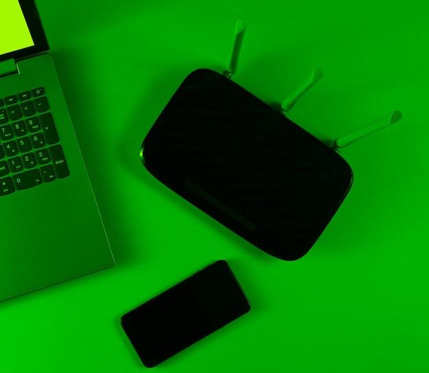 Wi-fiルーター、ラップトップ、スマートフォン。現代のガジェット