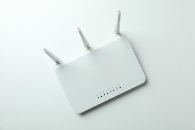 흰색 바탕에 외부 안테나가 있는 wi-fi 라우터