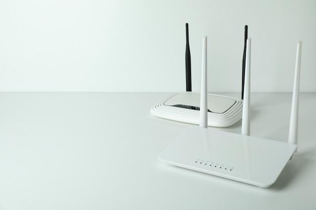 Маршрутизаторы wi-fi с внешними антеннами на белом фоне