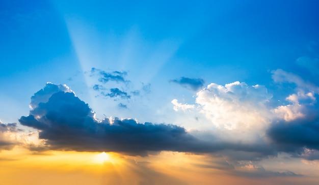 黄wi時の雲と夕焼け空